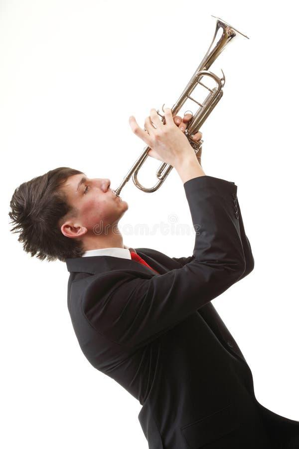 Portrait Eines Jungen Mannes, Der Seine Trompete Spielt Stockfotografie