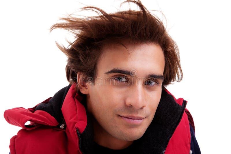 Portrait eines jungen Mannes mit dem Haar auf dem Wind lizenzfreie stockbilder