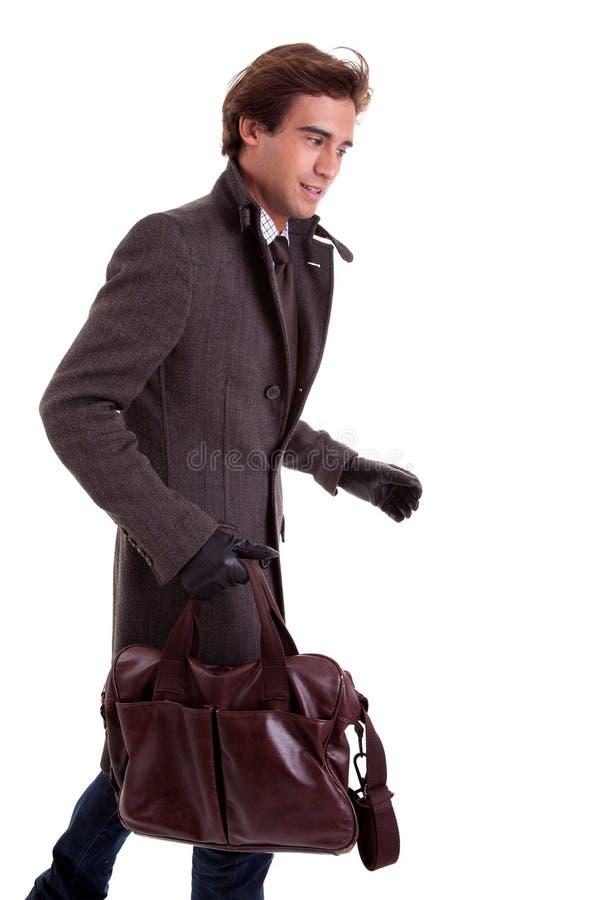 Portrait eines jungen Mannes mit einer Handtasche, eilig stockfotografie