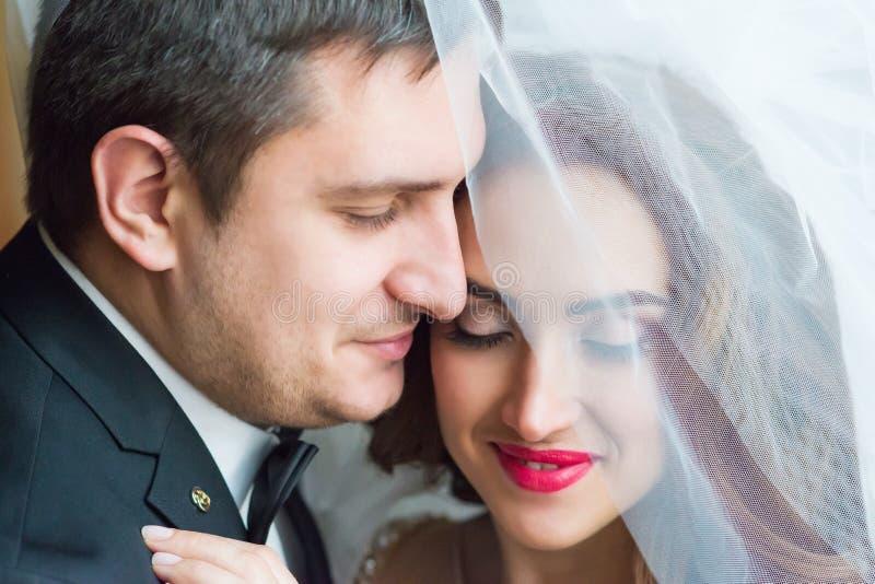 Portrait eines jungen Paares lizenzfreie stockbilder
