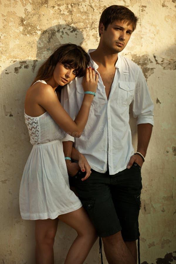 Portrait eines jungen reizvollen Paares stockfotos