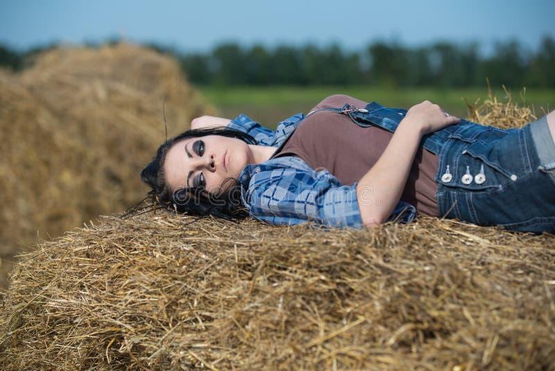 Portrait eines jungen schönen Mädchens lizenzfreie stockfotografie