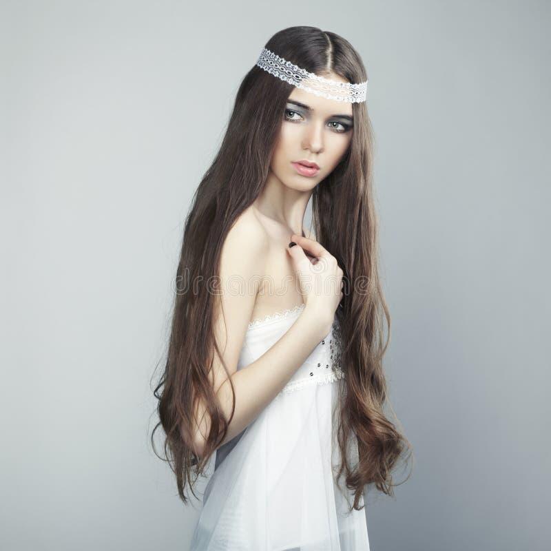Portrait eines jungen schönen Mädchens mit dem wellenförmigen Haar stockbild