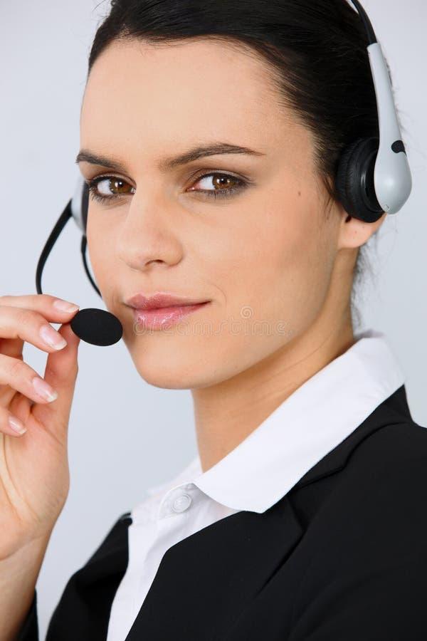 Portrait eines jungen Sekretärs mit Kopfhörer stockfotografie