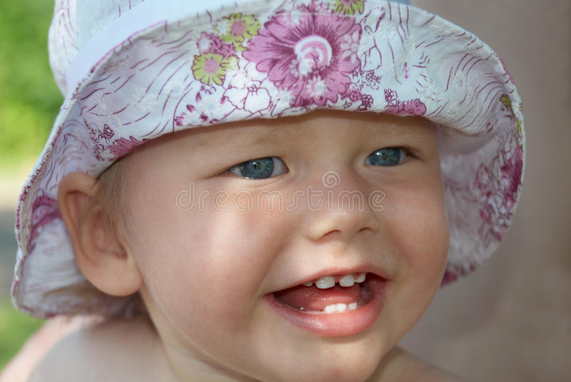 Portrait eines kleinen Mädchens in einem Hut lizenzfreies stockfoto