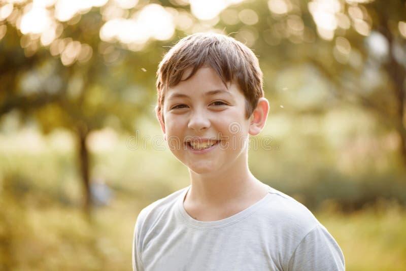 Portrait eines lächelnden jungen Jungen stockbilder