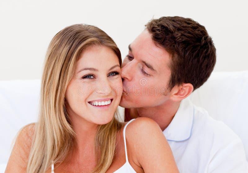 Portrait eines liebevollen Mannes, der seine Frau küßt lizenzfreies stockbild