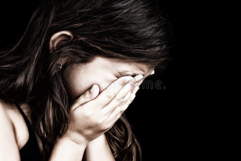 Portrait eines Mädchens, das ihr Gesicht schreit und versteckt lizenzfreies stockbild