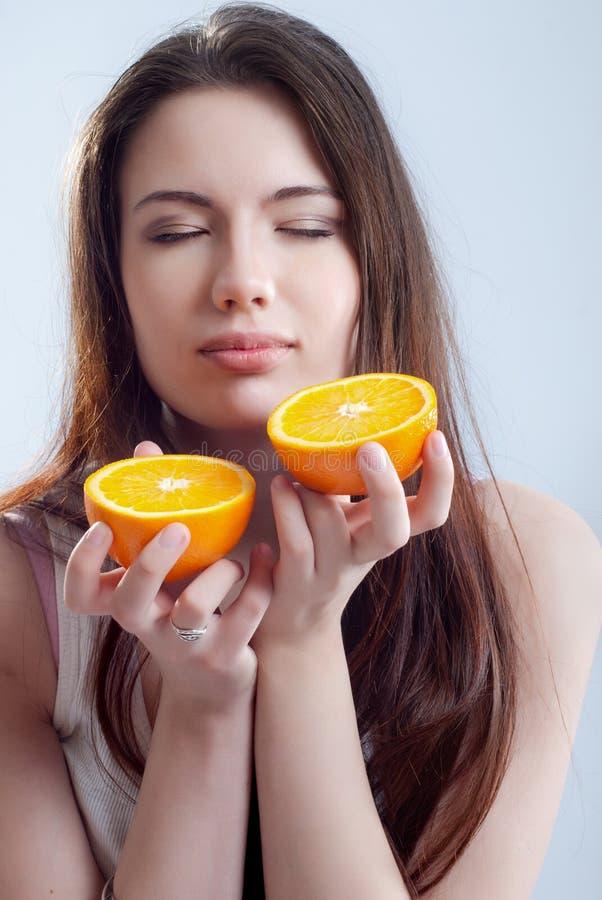 Portrait eines Mädchens mit einer Orange lizenzfreies stockfoto