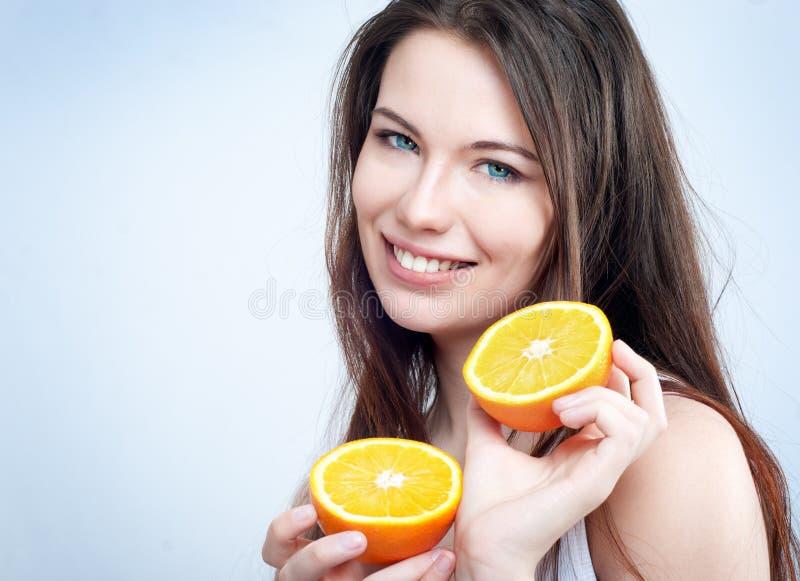 Portrait eines Mädchens mit einer Orange lizenzfreies stockbild