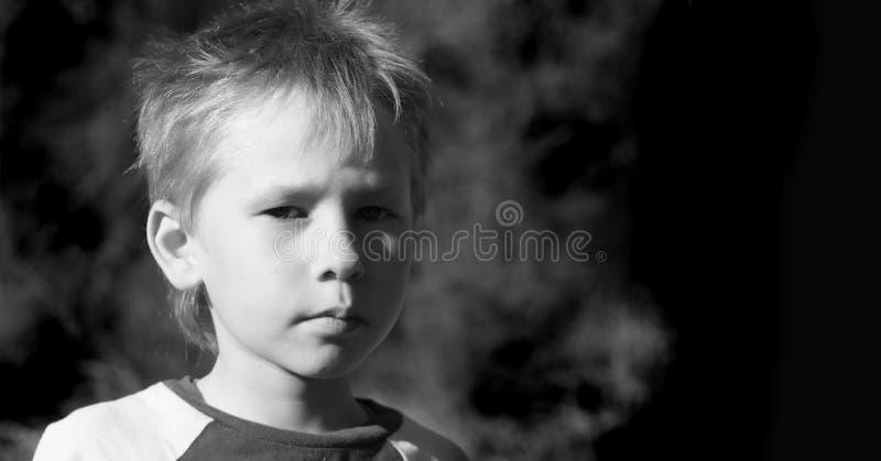 Portrait eines männlichen und starken Jungen. stockfotografie