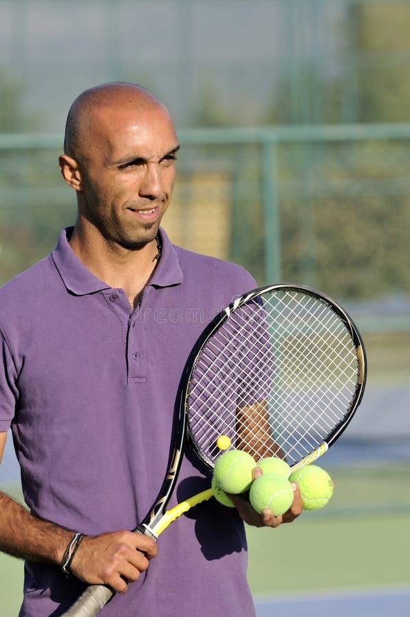 Portrait eines Mannes mit Tennisschläger lizenzfreie stockbilder
