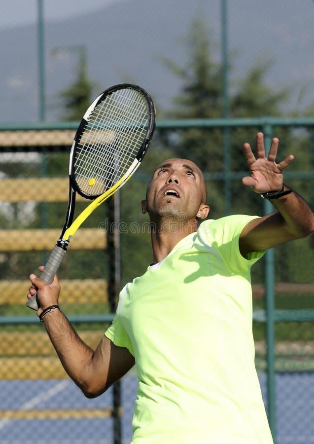 Portrait eines Mannes mit Tennisschläger lizenzfreie stockfotos