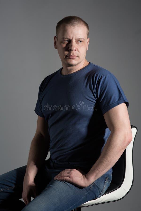 Portrait eines Mannes lizenzfreie stockfotos