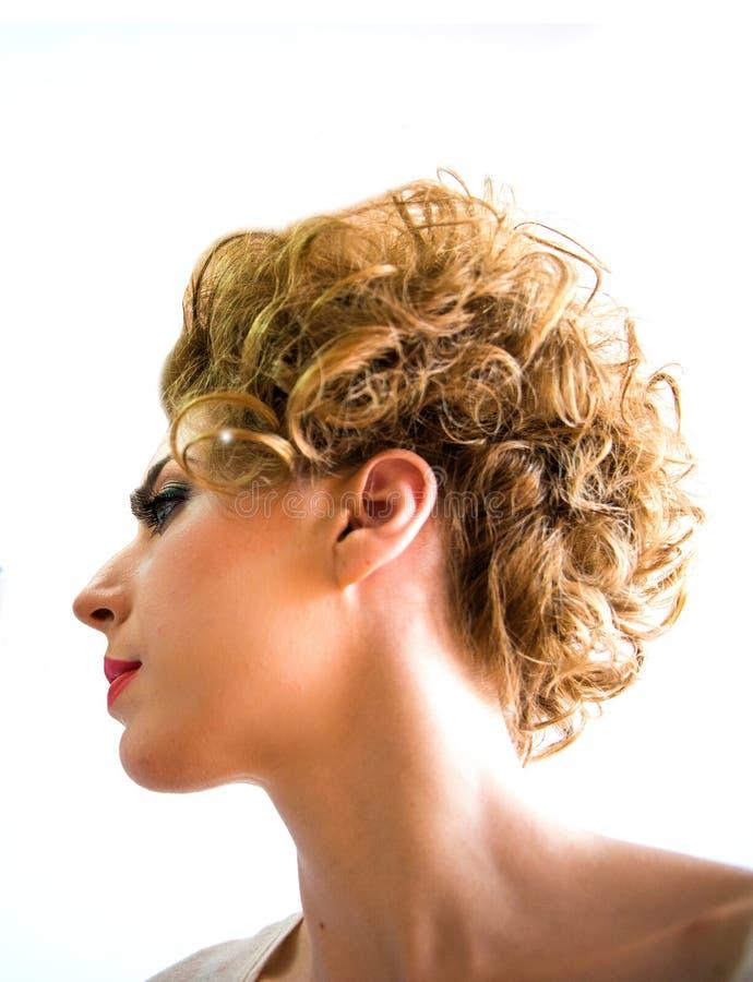 Portrait eines netten Baumusters mit dem schönen Haar stockfotografie