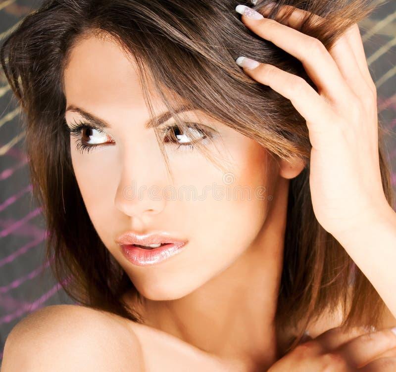 Portrait eines netten Brunette mit braunen Augen lizenzfreie stockfotos