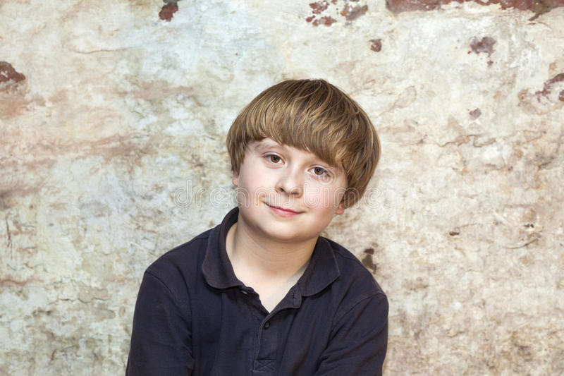Portrait eines netten jungen Jungen lizenzfreie stockbilder