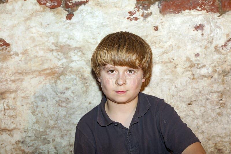 Portrait eines netten jungen Jungen lizenzfreie stockfotos