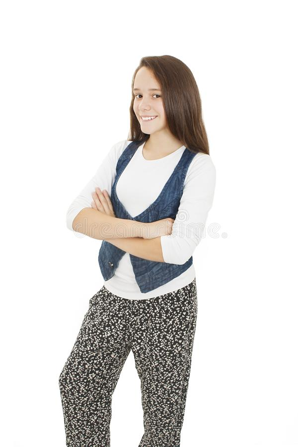 Portrait eines netten jungen Mädchens, das mit den gefalteten Händen steht lizenzfreie stockfotos