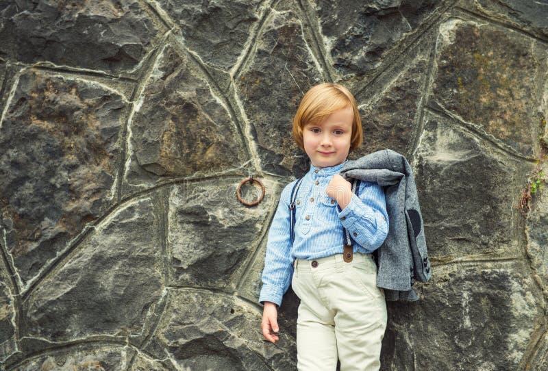 Portrait eines netten kleinen Jungen lizenzfreie stockbilder