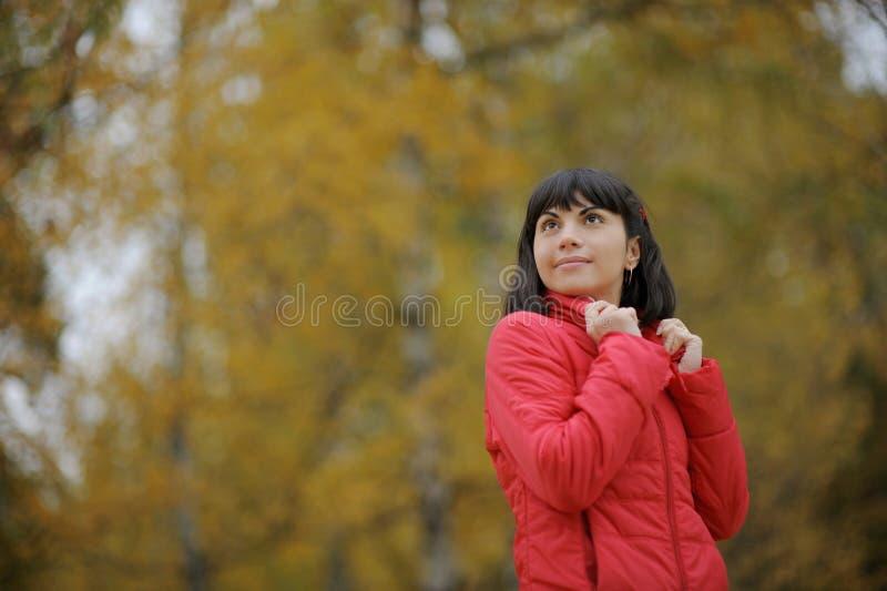 Portrait eines netten Mädchens in einem Park lizenzfreie stockfotos
