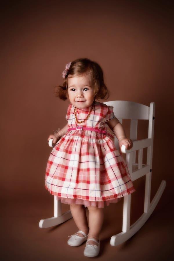 Portrait eines recht kleinen Mädchens lizenzfreies stockfoto