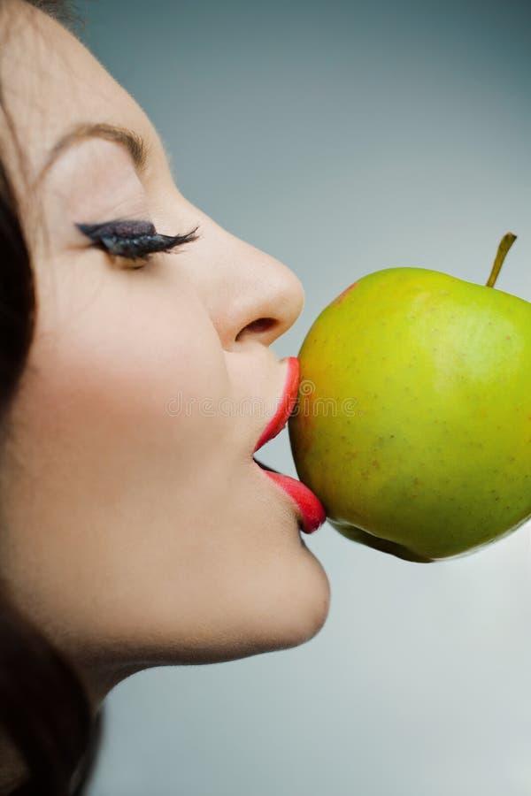 Portrait eines reizenden Mädchens mit grünem Apfel lizenzfreie stockbilder
