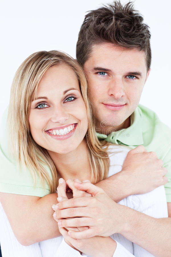 Portrait eines reizenden Paares, das an der Kamera lächelt lizenzfreie stockfotografie
