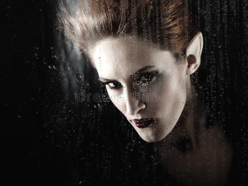 Portrait eines schönen Art- und WeiseVampirs lizenzfreie stockbilder