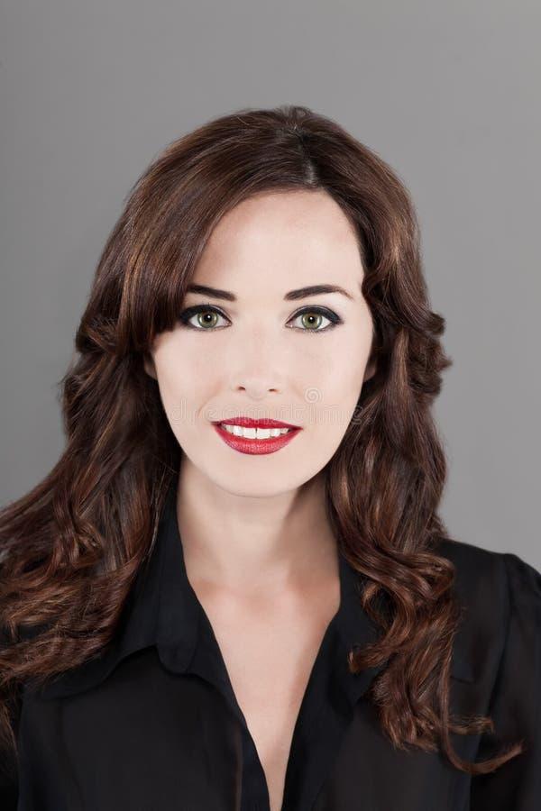 Portrait eines schönen Brunettefrauenlächelns lizenzfreie stockfotografie