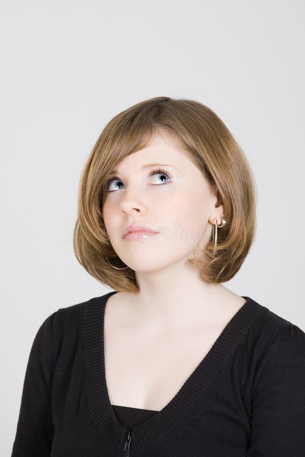 Portrait eines schönen jugendlich Mädchens, das oben schaut lizenzfreies stockbild