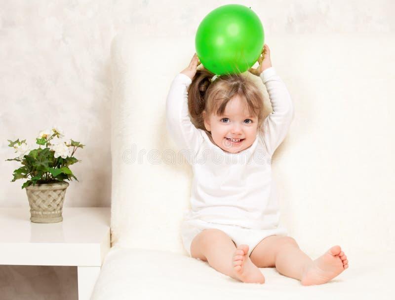 Portrait eines schönen kleinen Mädchens, das eine Kugel anhält stockfoto