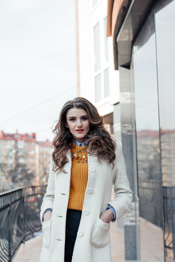 Portrait eines schönen Mädchens draußen lizenzfreie stockfotografie