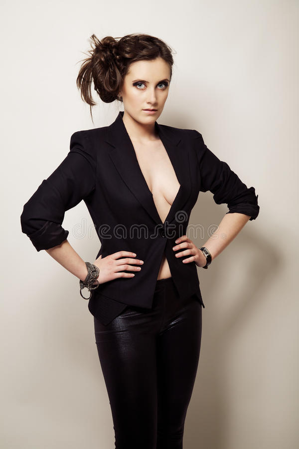 Portrait eines schönen Mädchens in einer schwarzen Jacke lizenzfreie stockfotografie
