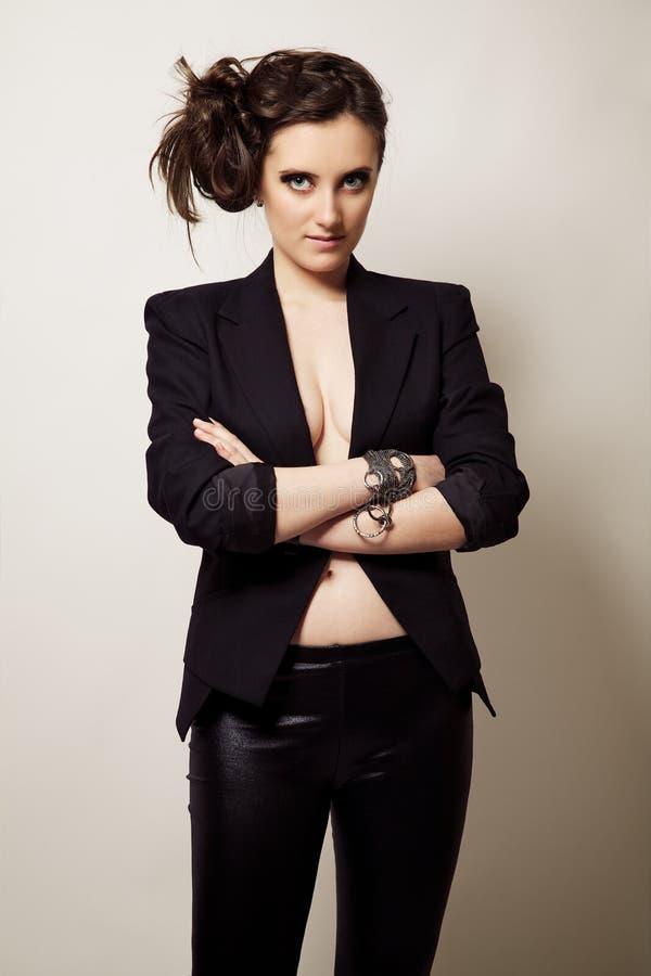 Portrait eines schönen Mädchens in einer schwarzen Jacke stockbild