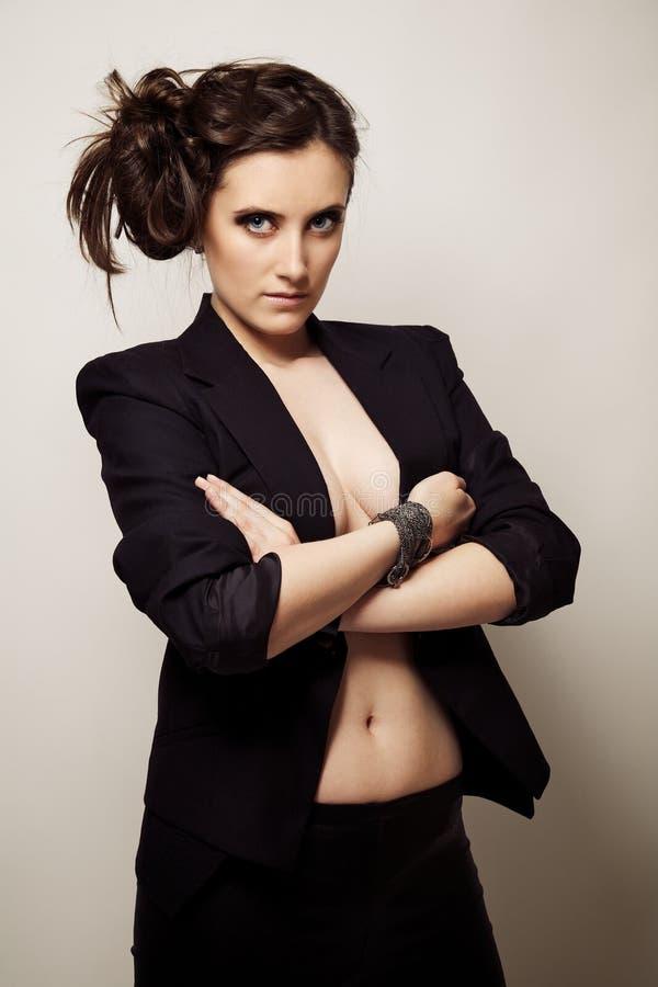 Portrait eines schönen Mädchens in einer schwarzen Jacke stockfotografie