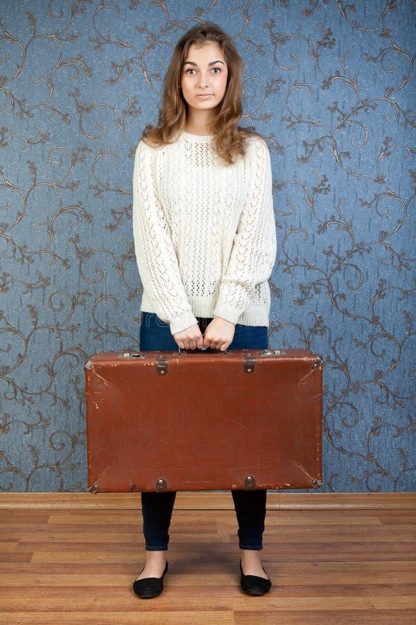 Portrait eines schönen Mädchens mit einem Koffer stockfoto