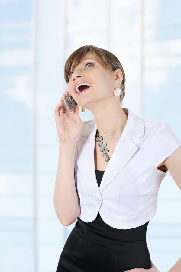 Portrait eines schönen Mädchens mit einem Telefon stockfotos