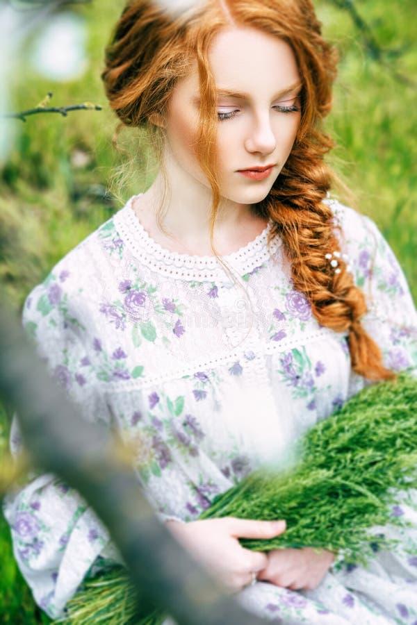 Portrait eines schönen Redheadmädchens stockfoto