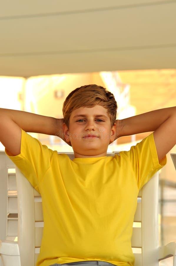 Portrait eines smilling blonden Jungen stockfoto
