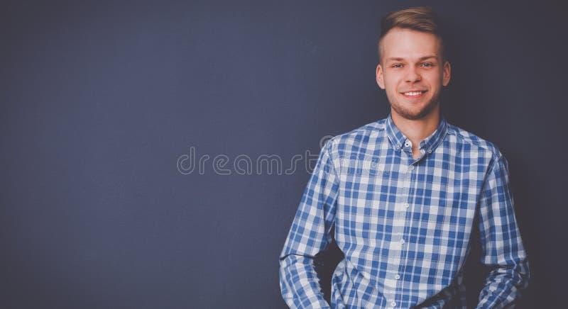 Portrait eines stattlichen jungen Mannes auf schwarzem Hintergrund stockbild