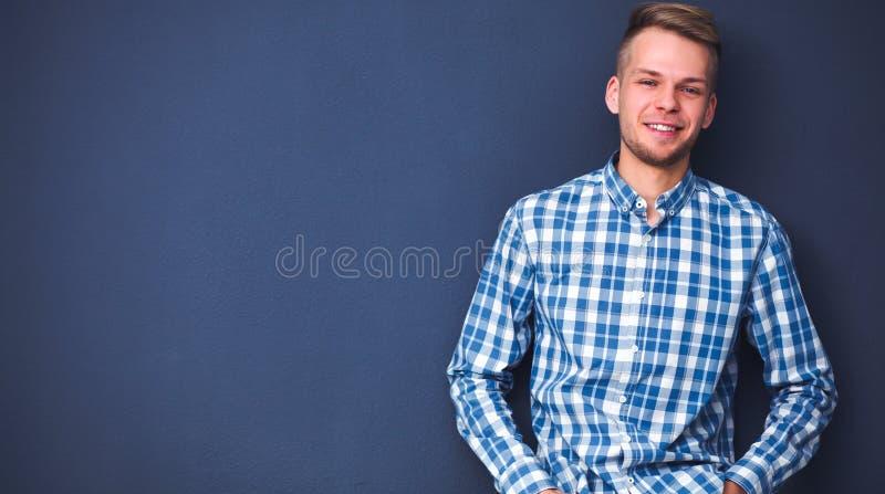 Portrait eines stattlichen jungen Mannes auf schwarzem Hintergrund lizenzfreie stockfotografie