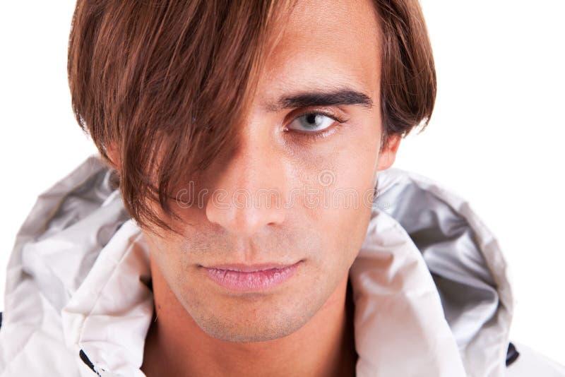 Portrait eines stattlichen jungen Mannes, der ernst schaut stockbild