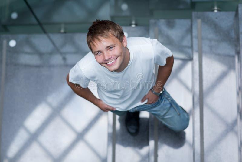 Portrait eines stattlichen Studenten lizenzfreie stockfotos