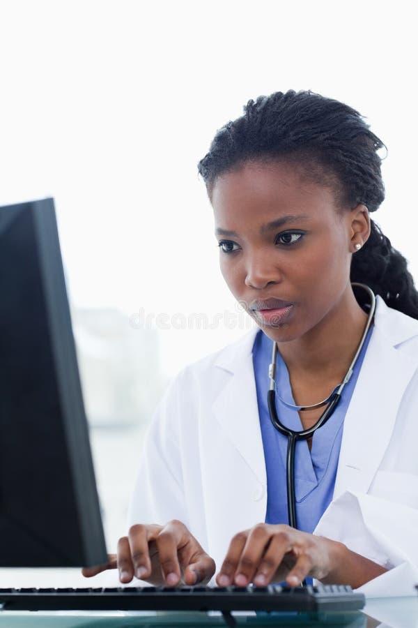 Portrait Eines Weiblichen Doktors, Der Einen Computer Verwendet Lizenzfreie Stockfotografie
