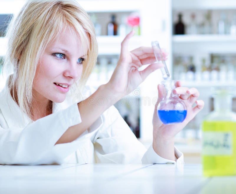 Portrait eines weiblichen Forschers/des Chemiekursteilnehmers lizenzfreies stockbild