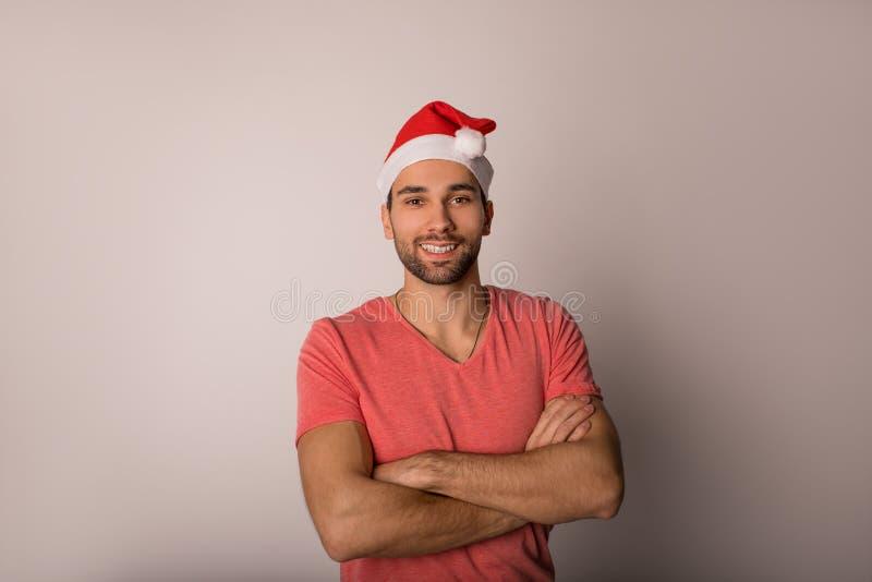 Portrait eines zuversichtlich fröhlichen Mannes in roter Canta-Klausel lizenzfreie stockbilder