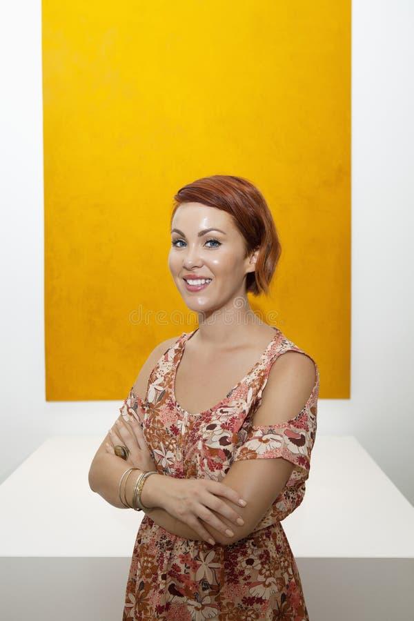 Portrait en buste de jeune femme devant la peinture jaune image libre de droits