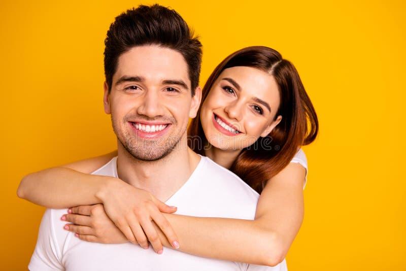 Portrait en gros plan à lui il elle elle deux gentilles belles personnes positives gaies attirantes avec du charme caressant pass images libres de droits