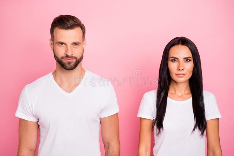 Portrait en gros plan à lui il elle elle le beau charme deux attrayant joli a focalisé la personne concentrée calme image libre de droits